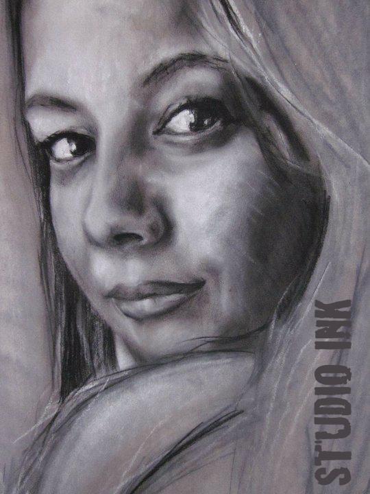 Zwart wit portret van vrouw die verleidelijk over haar schouder kijkt